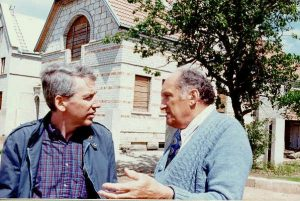 Yudel Ronder, right, with A. Cassel in Keidan in 1995.